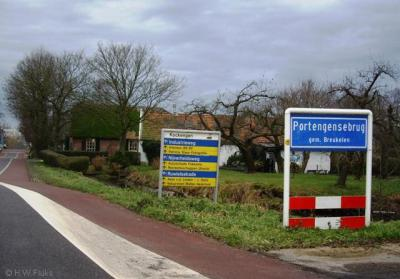 Portengensebrug (buurtschap van Kockengen) hoort volgens de officiële blauwe plaatsnaamborden (komborden) kennelijk als 1 woord te worden geschreven. Toch komt de spelling Portengense Brug ook nog veel voor.