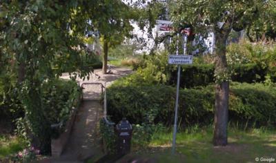 Het eerste pand in de Pottumsestraat aan de W kant is Molenstraat 2 te IJzendoorn, met de ingang aan de Pottumsestraat. Handig dat men dit erbij vermeldt, opdat bezoekers, leveranciers e.d. weten dat het hier niet Pottumsestraat 2 betreft.