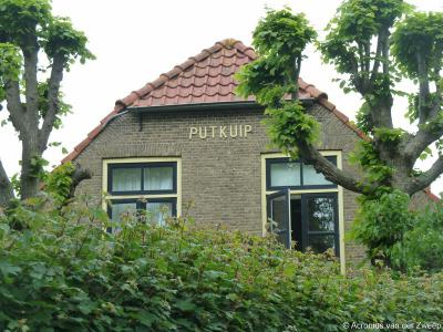 De boerderij met gevelopschrift Putkuip staat op Gerverscop 2 en valt tegenwoordig onder de buurtschap Gerverscop, maar viel onder de oorspronkelijke buurtschap Putkop, die daar lag, rond de splitsing met de Wildveldseweg.