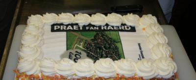 De inwoners van Raerd worden al vele jaren maandelijks verwend met de inhoudelijk en visueel fraai uitgevoerde dorpskrant De Praet fan Raerd. T.g.v. het 100-ste nummer in 2014 hebben de inwoners de redactie eens verwend, met een lekkere taart.