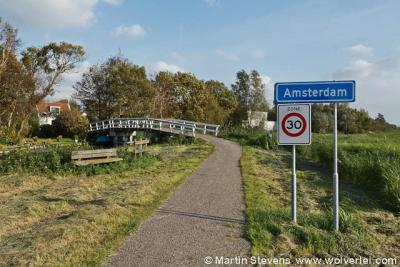 Op één plek staan echter foute plaatsnaamborden, namelijk met de plaatsnaam Amsterdam, en wel aan het fietspad Weerslootpad.