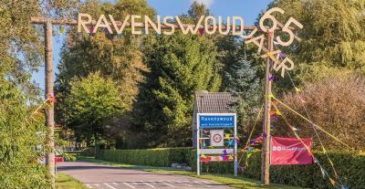 In Ravenswoud hebben ze in 2017 het 65-jarig bestaan als dorp gevierd. De nederzetting als zodanig is al rond 1850 ontstaan, maar de huidige plaatsnaam en de dorpsstatus zijn van veel jongere datum. Zie daarvoor de kopjes Naamgeving en Geschiedenis.