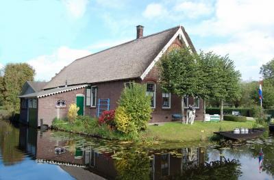 Het ontstaan van de Reeuwijkse Plassen door turfwinning is de ruggengraat van de vaste collectie van Streekmuseum Reeuwijk, dat toepasselijk is gehuisvest in een fraaie oude boerderij. Een bezoek kunnen wij van harte aanbevelen! (© Streekmuseum Reeuwijk)