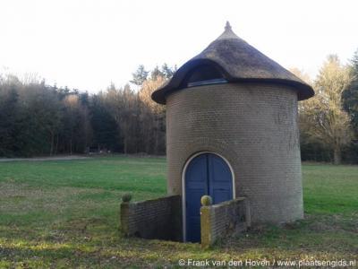 Remmerden, Remmerstein, duiventoren, vroeger door landgoedeigenaren in de regio geëxploiteerd wegens de duivenpoep die gewild was als mest voor de tabaksplantages in de omgeving.