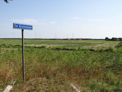 N van het Z deel van buurtschap Rhederbrug loopt de 1e Grenslaan. Zoals die naam al doet vermoeden, is er ook nog een 2e Grenslaan en zelfs ook een 3e Grenslaan geweest. Zie daarvoor de reactie onderaan deze pagina. (© https://groninganus.wordpress.com)