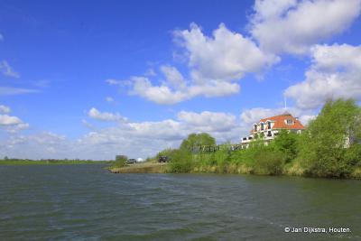Een gedeelte van Rhenen, gezien vanaf de dijk langs de Nederrijn