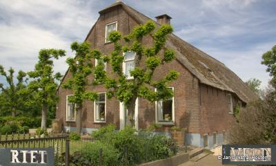 Een erg fraaie boerderij in buurtschap Rietveld bij de stad Woerden. Het betreft de 18e-eeuwse rijksmonumentale hoeve Rietveld op nr. 68.