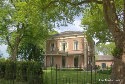 Het statige herenhuis Kop en Hagen uit 1858, met koetshuis, op nr. 36, is een van de rijksmonumenten in buurtschap Rietveld