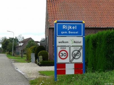 Tegenwoordig heeft Rijkel blauwe plaatsnaamborden en is er dus sprake van een 'bebouwde kom' (met 30 km-zone).