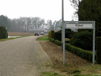 Tot enkele jaren geleden had de buurtschap Rijkel alleen witte plaatsnaamborden en lag het dus buiten de 'bebouwde kom'.