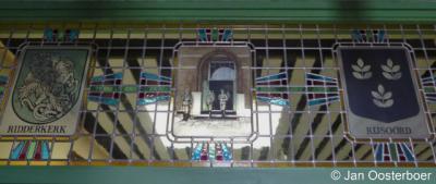 Rijsoord, gemeentewapens van Ridderkerk en Rijsoord in glas-in-lood in het museum.