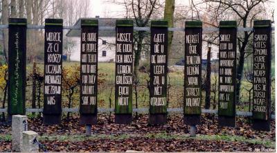 """Rimburg, Vredesmonument met in acht verschillende talen de tekst """"Weet die u de haat leert zal u niet verlossen"""". Het monument is in 1969 opgericht ter nagedachtenis aan de gruwelijke oorlogsperioden en als aansporing te werken aan een betere wereld."""
