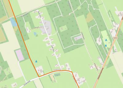 Op plattegronden is goed te zien dat de 20 - voorheen 22 - huizen van het oorspronkelijke arbeidersbuurtje Rode Dorp bij Zandhuizen en Noordwolde heel systematisch om en om zijn gebouwd. (© www.openstreetmap.org)
