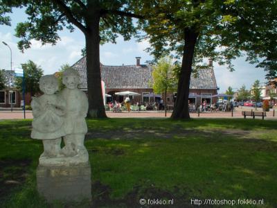 Roden, het standbeeld van Ot en Sien herinnert aan de beroemde leesboekjesserie, geschreven door de in Roden geboren en overleden Hindericus Scheepstra