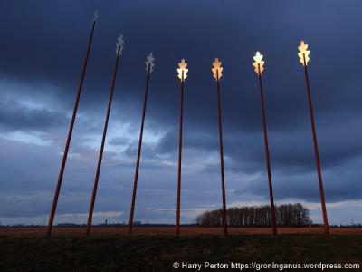 Roderwolde, het in 2013 geplaatste Oerwold-monument. Zie verder bij Bezienswaardigheden. (© Harry Perton / https://groninganus.wordpress.com)