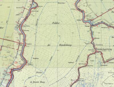 Maar ja, kun je het de inwoners kwalijk nemen, als ook de Topografische Dienst (op deze kaart uit ca. 1950, daarvóór stond er trouwens Rondehoeps Polder) en het waterschap (op hun site, resp. op het gemaal) beide spellingen tegelijk gebruiken...