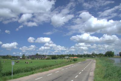 Buurtschap Rondehoep ligt - met de klok mee - rond de wegen Rondehoep West, Polderweg en Rondehoep Oost. De laatstgenoemde weg zie je hier op de foto. (© Jan Dijkstra, Houten)