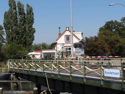 Buurtschap Roodehaan bij Warfhuizen heeft witte plaatsnaamborden. Soortgelijke borden bevinden zich ook aan de brug over het Reitdiep, zodat ook schippers kunnen zien dat ze door deze buurtschap komen. (© Harry Perton / https://groninganus.wordpress.com)