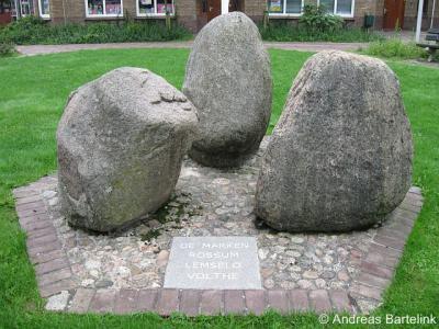 Rossum, deze drie stenen symboliseren de voormalige marken Rossum, Lemselo en Volthe, die in 1811 in de gemeente Weerselo zijn opgegaan