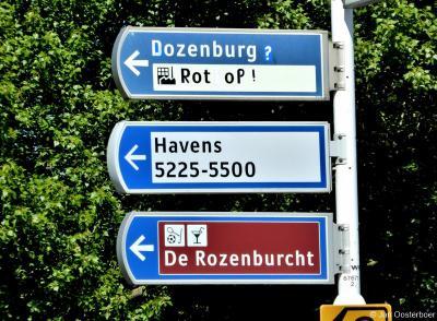 Rozenburgers protesteren anno 2019 tegen de beoogde komst van een distributiecentrum naar de Landtong Rozenburg, o.a. door deze ludieke aanpassing van de richtingwijzers naar het gebied. Voor nadere informatie zie het hoofdstuk Landschap etc.