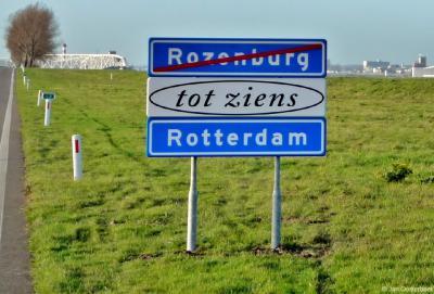 Dit plaatsnaambord was geplaatst op de Noordzeeweg (Landtong), naar aanleiding van het bezoek in november 2009 van een delegatie uit Rotterdam. Burgemeester Jaap Wolf wilde hiermee toen de gemeentegrens met Rotterdam benadrukken zoals die er toen nog was.