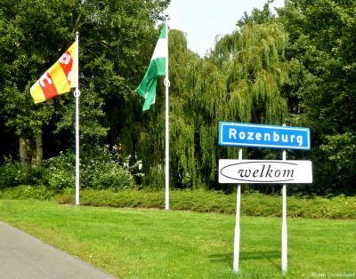 Als je Rozenburg binnenkomt via de Tienmorgenseweg, word je welkom geheten met deze mooie combinatie van plaatsnaamnbord, welkombord, de vlag van Rozenburg (dorp) en de vlag van Rotterdam (gemeente).