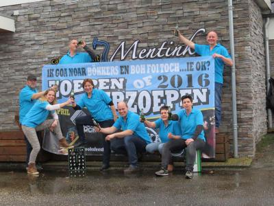 Tijdens het Brooksfeest 'Zoepen of Verzoepen' (weekend in april of mei) gaat Ruurlosebroek uit zijn dak, met allerlei sport- en spelactiviteiten en twee goeie live bands. Op de foto de feestcommissie met de banner voor het Brooksfeest 2016.