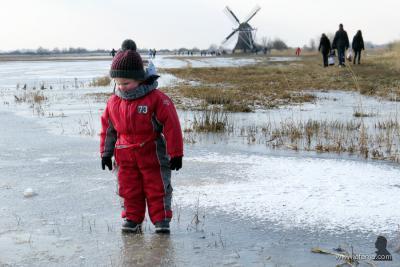 """Eind februari en begin maart 2018 was er eindelijk enkele dagen strenge vorst en wordt er ook gelijk massaal geschaatst. """"Dit mannetje was in diepe verwondering over zijn eerste kennismaking met ijs."""" (aldus de fotograaf van deze foto bij de Ypeymolen)"""