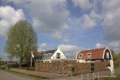 Aan de rand van 's-Gravensloot zien we het buurtje de Hooge Boom, eigenlijk een buurtschapje op zich binnen buurtschap 's-Gravensloot, grenzend aan het water de Grecht. Het buurtje is, zoals je ziet, nog altijd te herkennen aan de 'Hooge Boom'.