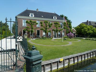 Dwarshuisboerderij Buitenlust op 's-Gravensloot 20 is een gemeentelijk monument