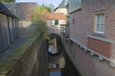 Tegenwoordig kun je een rondvaart maken over het stelsel van smalle waterlopen in de binnenstad van 's-Hertogenbosch. Het geheel is 3,5 kilometer lang en heet de Binnendieze.  (© Jan Dijkstra, Houten)