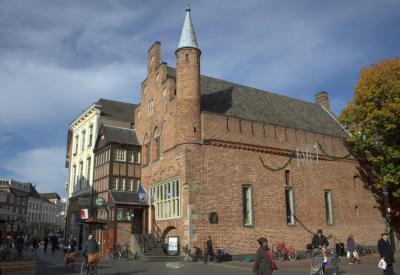 De Moriaan in 's-Hertogenbosch (Markt 79) is een van de oudste bakstenen huizen van Nederland. Het is gebouwd in de 13e eeuw en wordt tegenwoordig gebruikt door de plaatselijke VVV en een café. (© Jan Dijkstra, Houten)