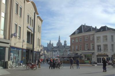 's-Hertogenbosch, op de Markt met zijn terrasjes is het altijd gezellig (© Jan Dijkstra, Houten)