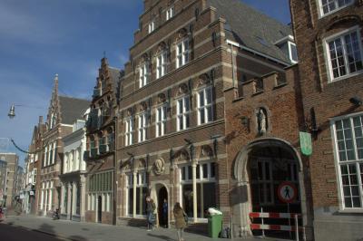 De binnenstad van 's-Hertogenbosch is rijk aan monumentale panden, zoals in de Orthenstraat (© Jan Dijkstra, Houten)