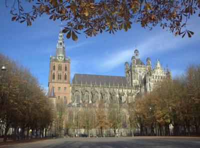 Het topmonument van 's-Hertogenbosch is de imposante Sint-Janskathedraal, doorgaans kortweg de Sint-Jan genoemd. In het hoofdstuk Bezienswaardigheden vind je er een beschrijving van. (© Jan Dijkstra, Houten)