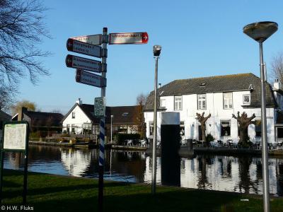 De buurtschap 's-Molenaarsbuurt wordt in het dorp Woubrugge keurig met een richtingbordje aangegeven, maar je kunt ter plekke niet zien dat je er bent aangekomen omdat er geen plaatsnaamborden staan. Da's dan weer minder handig...