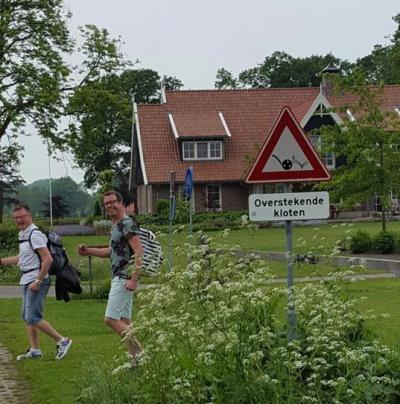 """In Saasveld moet je uitkijken voor """"overstekende kloten"""". Sinds 2013 wordt dat met voor Nederland unieke verkeersborden aangegeven. Hoe dat zit kun je lezen onder het kopje Recente ontwikkelingen. (© Joachim Wissink/www.facebook.com/joachim.wissink)"""