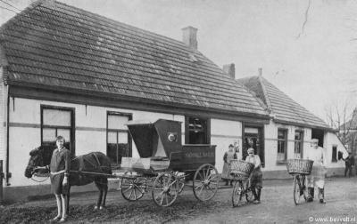 Ook het piepkleine dorpje Saaxumhuizen, dat nooit meer dan 25 huizen heeft omvat, heeft een bakkerij gehad. Op de foto (begin 20e eeuw?) poseren de medewerkers voor de fotograaf. (© www.bavvelt.nl)