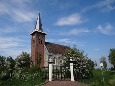 Het 13e-eeuwse Hervormde kerkje van Saaxumhuizen is de blikvanger en het enige rijksmonument van het dorp. (© Harry Perton/https://groninganus.wordpress.com)