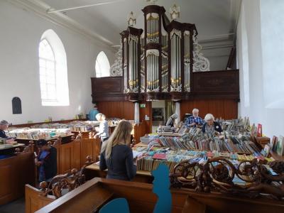 Op de jaarlijkse Open Monumentendag is er altijd een Boekenmarkt in het kerkje van Saaxumhuizen. Je kunt dan gelijk het orgel bekijken en de toren beklimmen. (© https://groninganus.wordpress.com/2019/09/14/van-baflo-naar-leens-op-open-monumentendag)