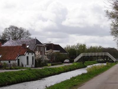 Dit soort bruggetjes heet in Groningen een 'hoogholtje', hier over het Achterdiep in de gelijknamige buurtschap bij Sappemeer. Ze worden zo hoog gemaakt opdat scheepvaartverkeer er makkelijker onderdoor kan. (https://groninganus.wordpress.com)