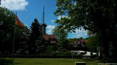 Schaarsbergen, ook het Instituut Fysieke Veiligheid IFV (tegenover het parkje / kerkplein) is een markant complex.