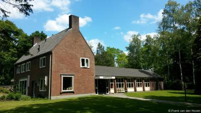 Schaarsbergen, ook de kosterswoning en het dorpshuis staan aan het kerkplein