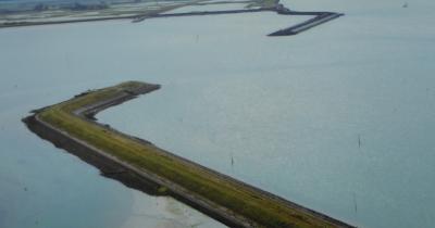 Bij de watersnoodramp van 1953 is een groot gat geslagen in de oude zeedijk bij Schelphoek. Het gat was te groot om te dichten. De nieuwe dijk is daarom verder landinwaarts gelegd. (© Hans van Embden)