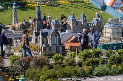 Een van de grote attracties in Den Haag is het wereldberoemde Madurodam, waar veel bekende en minder bekende panden e.a. objecten in ons land tot in de kleinste details zijn nagebouwd op een schaal van 1:25.
