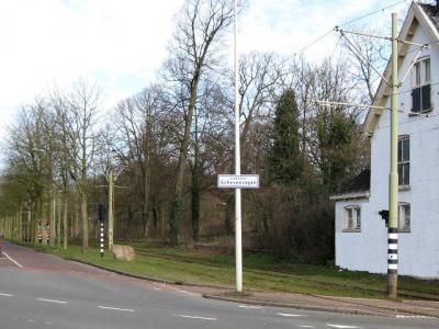 Scheveningen is een voormalig dorp, tegenwoordig stadsdeel in de provincie Zuid-Holland, in de streek Haaglanden, gemeente Den Haag. Aan deze witte bordjes 'stadsdeel Scheveningen' is te zien dat je binnen Den Haag dit stadsdeel binnenkomt. (© H.W. Fluks)