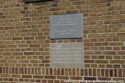 Gevelstenen in de muur van de Schipperskerk in het dorpje Schipperskerk. De bovenste herinnert aan de aankoop en restauratie in 1999 door het echtpaar Knops-Heffels, de onderste is de eerste steen uit 1949.