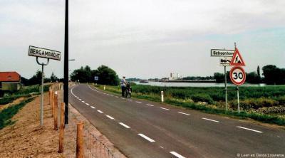 De borden suggeren dat Z van de Lekdijk grondgebied van Schoonhoven is en N van de Lekdijk Bergambacht. Maar volgens ons heeft iemand het bord Bergambacht 180 graden gedraaid, want dat dorp grenst W aan Schoonhoven. Of is hier iets anders aan de hand?