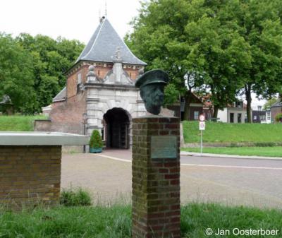 Schoonhoven, Veerpoort, met standbeeld Theunis Koy