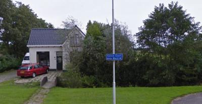East West, Thús Best! Bij de fietstunnel onder de N381 (Opperhaudmare) aan de kant van Ureterp, wordt middels dit bordje aangegeven dat Selmien-West aan de W kant van de N381 ligt en -East aan de oostkant. (© Google)